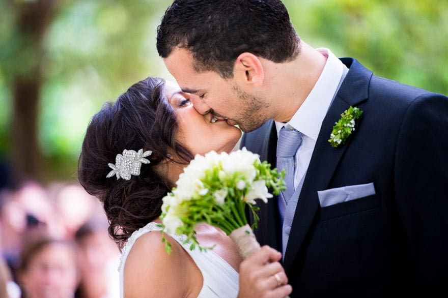 Beso de los novios durante la ceremonia de boda civil en el Pazo de Cea de Nigrán
