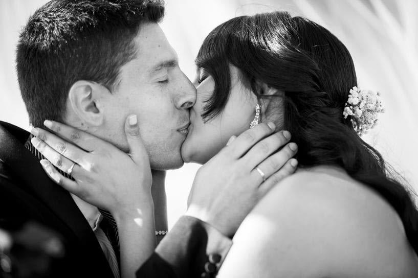 Beso Ceremonia de boda civil en el Pazo de Santa Cruz de Mondoi