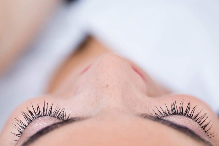 Detalle del maquillaje de ojos de la novia en la peluquería Marga Budiño