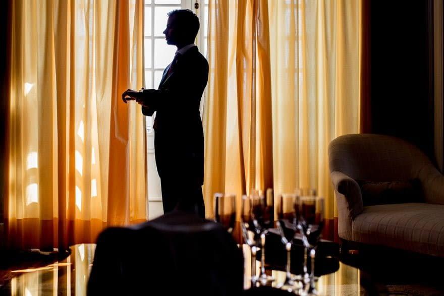 Novio preparándose en una habitación del Pazo do Tambre