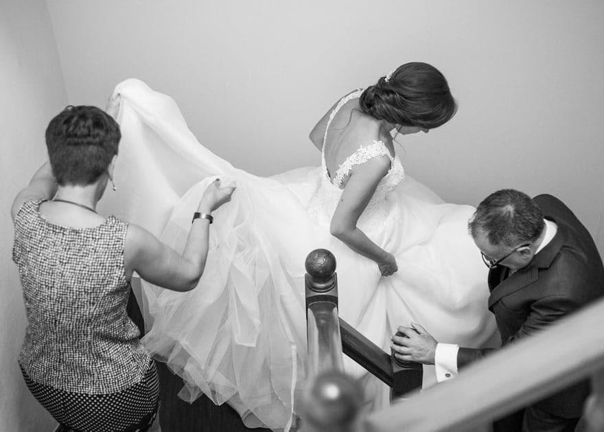 novia bajando por las escaleras de su casa con vestido de Pronovias