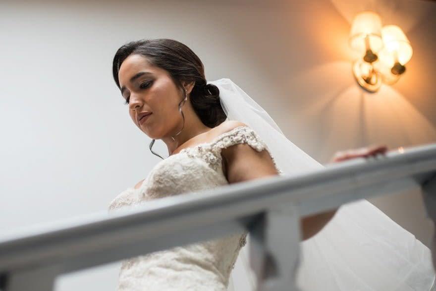 Novia bajando las escaleras del Pazo do Tambredurante una boda en el Salón de Los Olivos