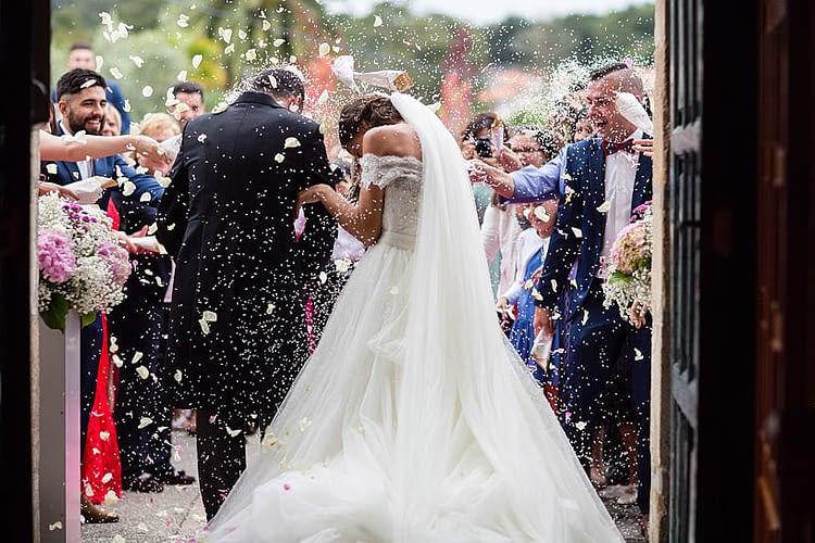 Arroz durante una boda en la Iglesia de e San Juan De Ouces de Bergondo