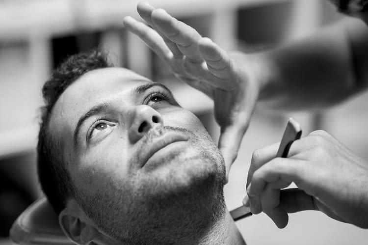 Novio afeitandose en la peluquería Roberto Ríos de Sada