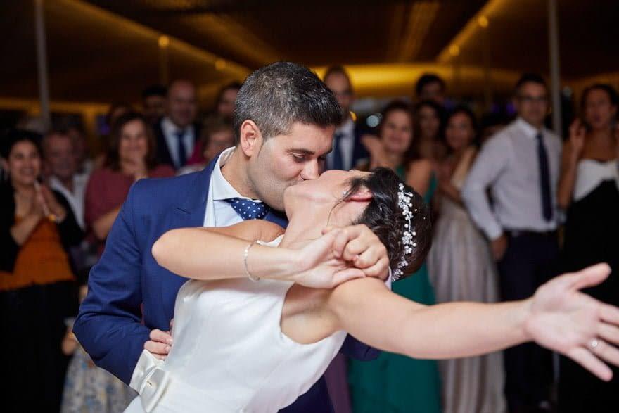 Beso durante el baile de novios en su boda en Quinta Canaima
