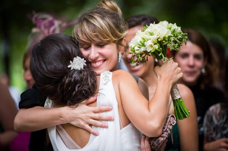 Abrazos tras la ceremonia de boda civil en el Pazo de Cea de Nigrán