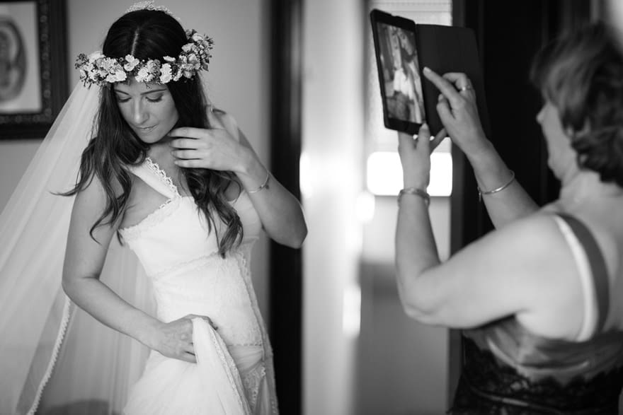 novia cambiándose el día de su boda con un vestido de José María Peiro ( Whiteday)
