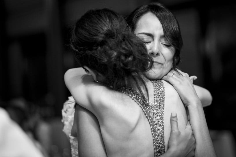 Abrazo en una boda en el Pazo de Santa Cruz de Mondoi