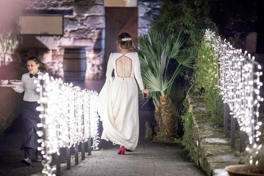 Novia de espaldas con un vestido de novia de Cristina Valenzuela Atelier de Majadahonda Madrid