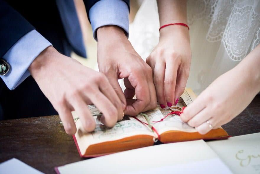 Presentación original de las alianzas de boda en un libro