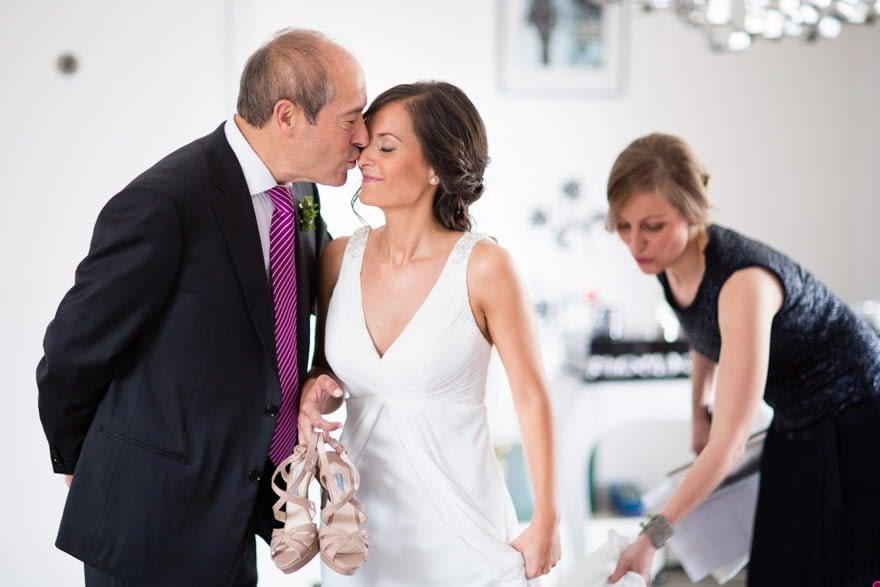 Padrino y novia el día de su boda en el vinotel 7 uvas de Nigrán