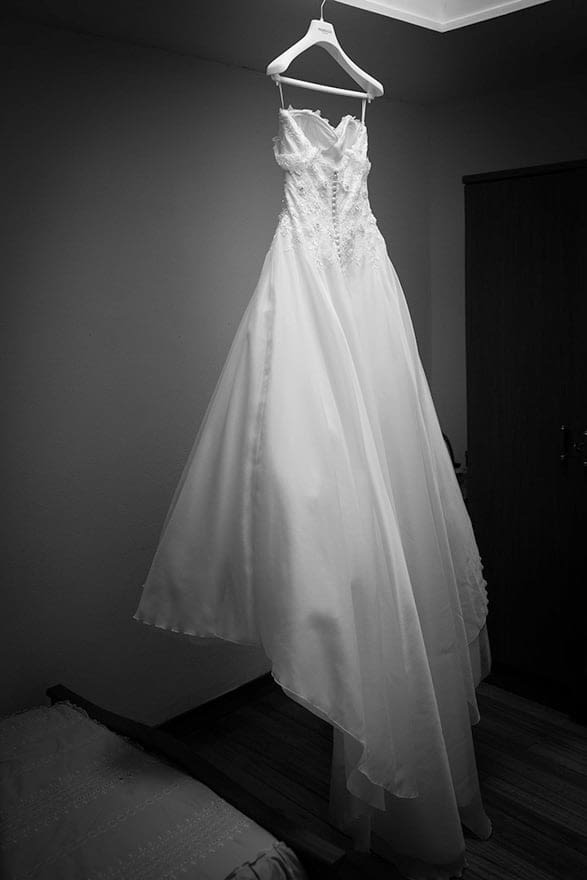 vestido de novia de Pronovias colgado en su habitación el día de su boda