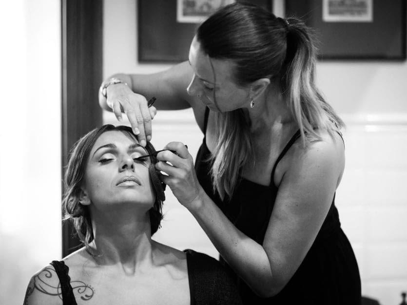 Silvia Candame maquillando a la novia el día de su boda