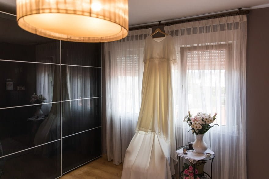 vestido de novia de la modista Gloria Fontán de Sada colgado en su habitación