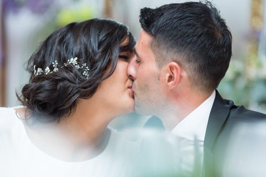 Beso de novios en una boda en el Pazo San Fernando que gestiona Bokete