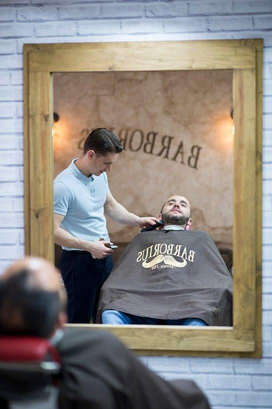 Novio en la peluquería Barborius de A Coruña