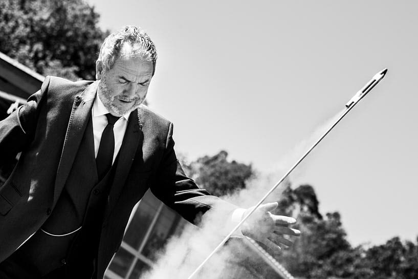Lanzando cohetes o fuegos artificiales en el día de la boda