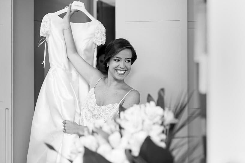Lua descolgando su vestido de novia Pronovias