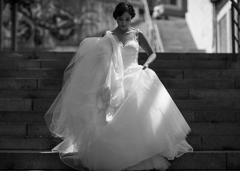 Novia bajando escaleras con Vestido de novia de Pronovias