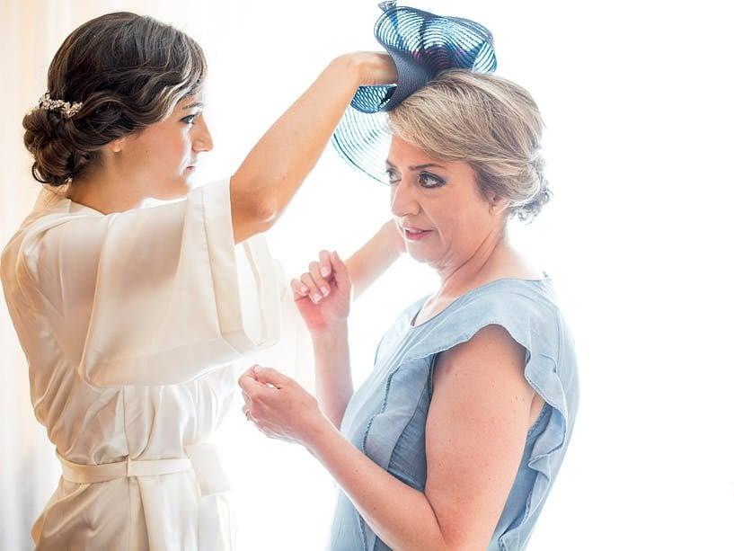 La novia ayuda a su madre con el tocado