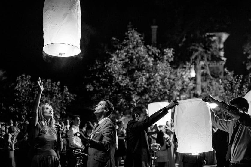 Lanzamiento de farolillos en Quinta Canaima durante una boda