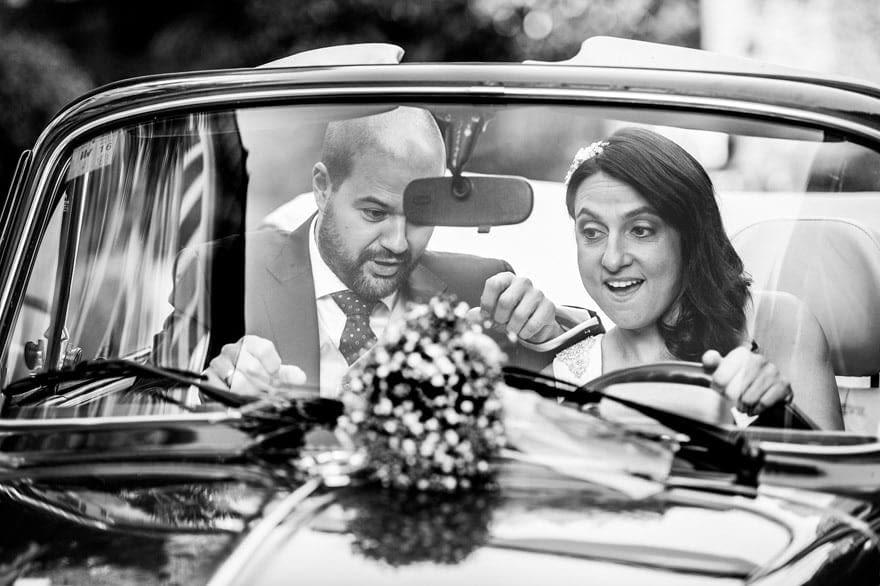 Novios en un Volkswagen Cabrio de Autoenlace en su boda en la Quinta Canaima