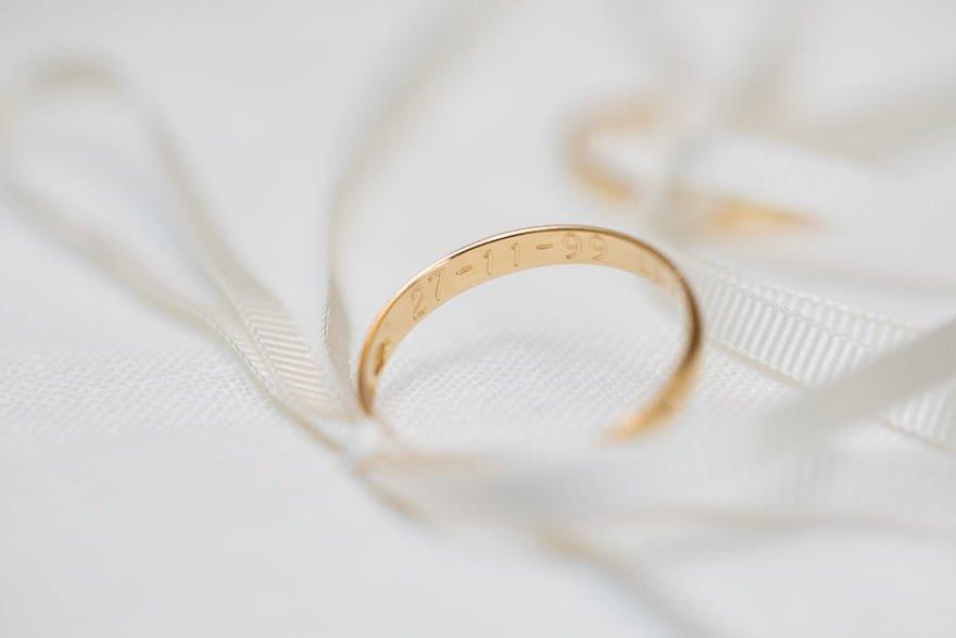 Detalle fecha en alianzas de boda