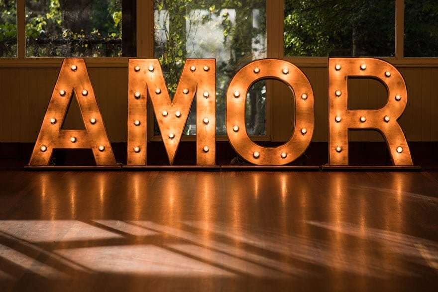 Letras con bombillas iluminadas AMOR