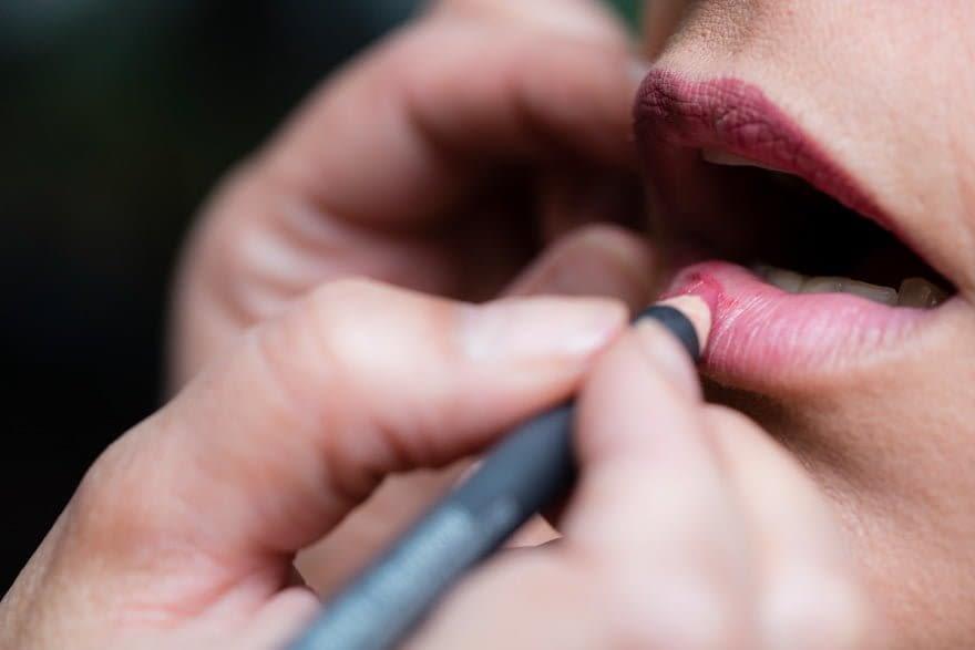 Detalle del maquillaje de labios de una novia en la peluquería Mahía de Sada