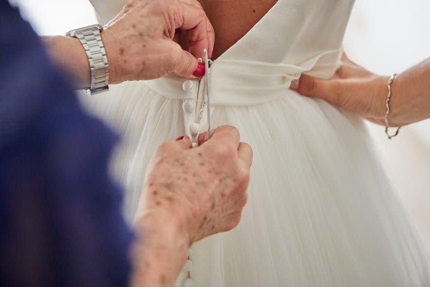 Detalle de los botones de un vestido de novia de Rosa Clará