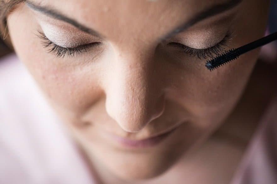 Rebeca Herrero maquillando a la novia en el día de su boda en las bodegas Cepa 21. Detalle maquillaje ojos