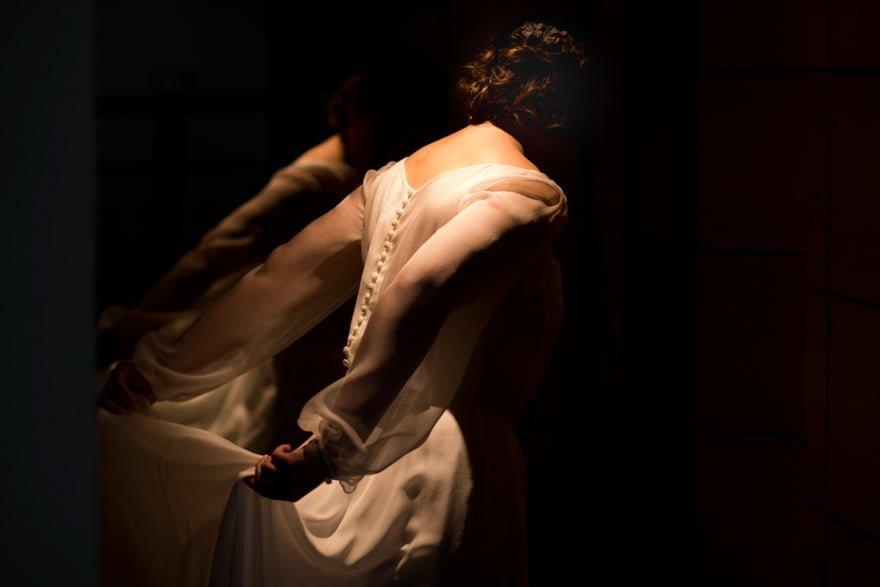 Vestido de novia de la firma Jesús Peiró en la suite de las Bodegas Cepa 21