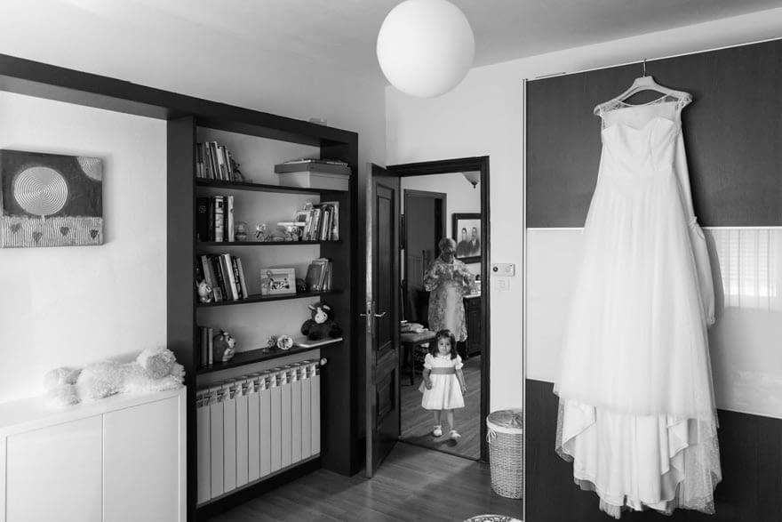 vestido de la firma Jesús Peiró de Novias Sol de Santiago de Compostela colgado en habitación de la novia