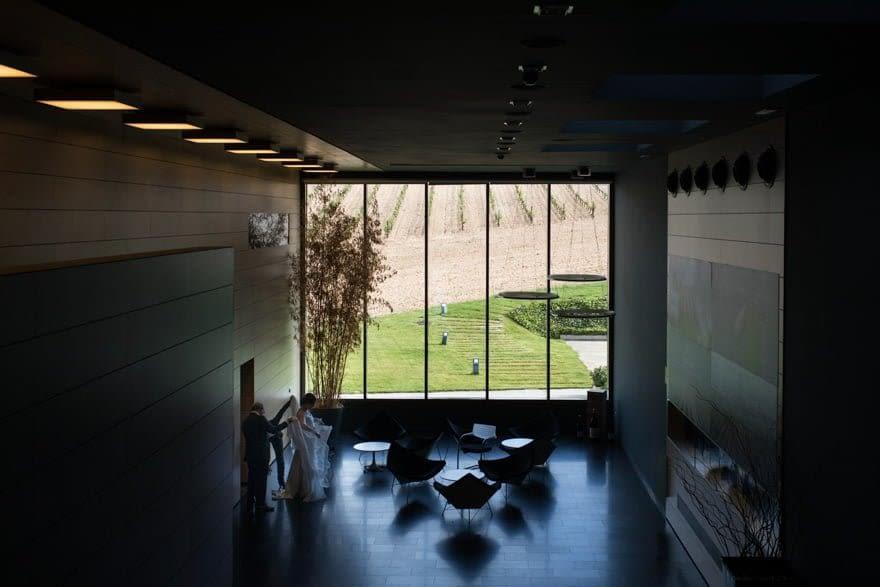 Novia en el hall de las Bodegas Cepa 21 en Castrillo de Duero