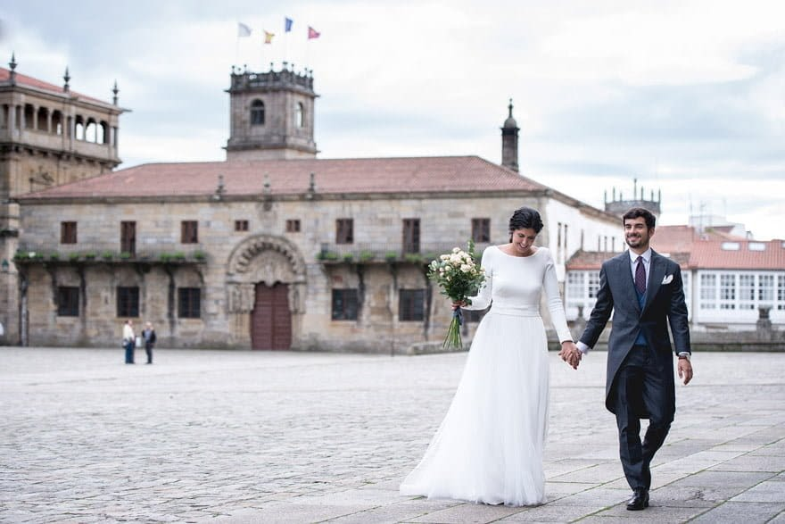 Novios en la Plaza de la Quintana en el día de su boda