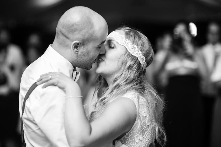 Pazo do Bidueiro de Ordes Beso de novios durenta el baile de su boda