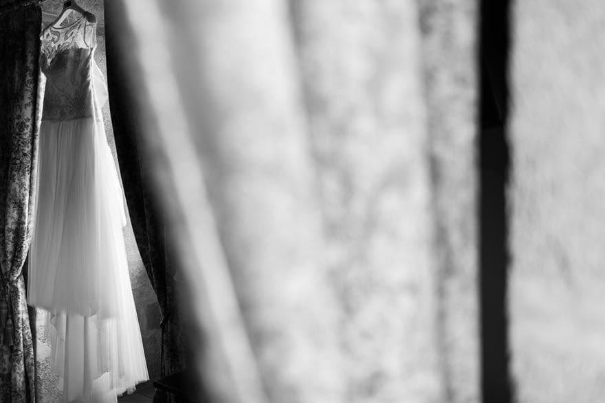 Vestido de novia de Rosa Clará colgado en una habitación del Pazo do Souto de Carballo