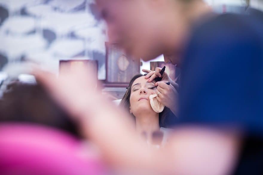 Novia maquillándose en el día de su boda en la Peluquería Marga & Budiño de A Coruña