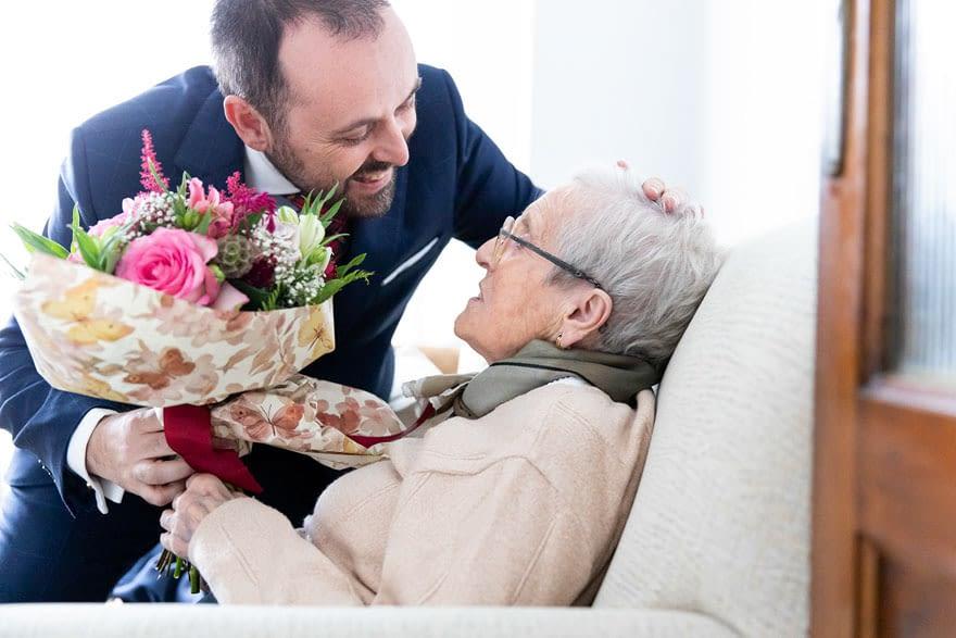 Novio entrega ramo a su abuela en el día de su boda