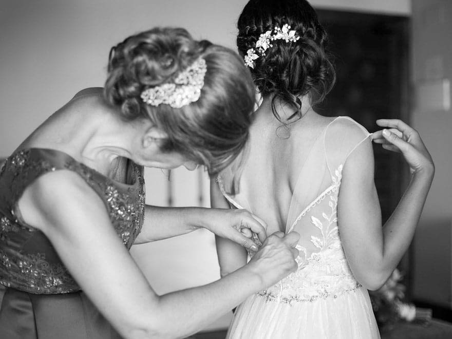 Novia vistiéndose con vestido de novia de la firma Maggie Sottero Designs en la tienda Noivas de Vigo