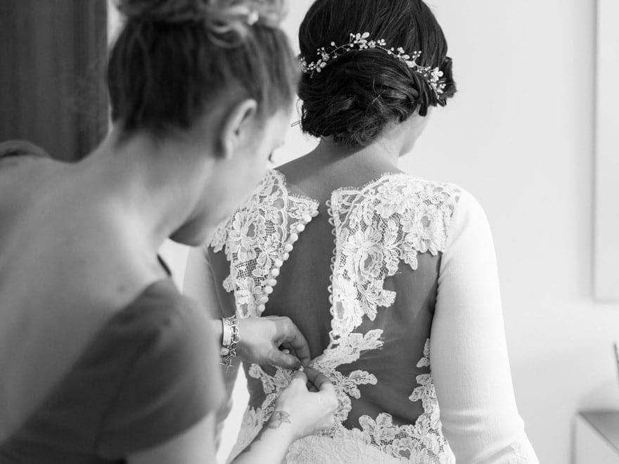 Preparativos con vestido de novia de Pronovias